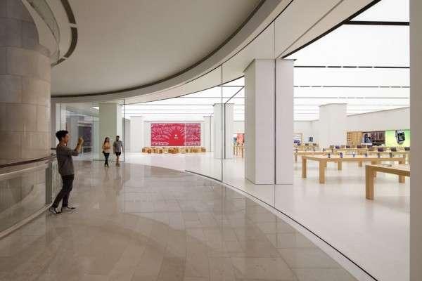蘋果在2017年,於台灣開設首家直營店,當時還找來台灣本土剪紙藝術家楊士毅合作。(圖/Apple)