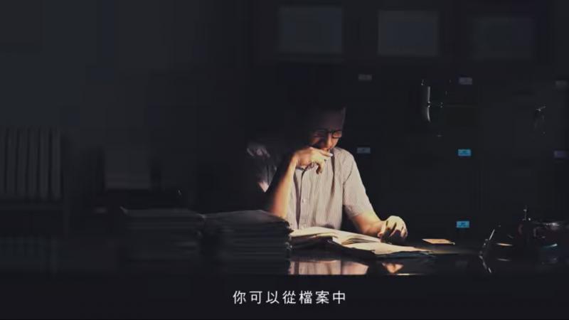 20190528-促轉會今天公布「被監控者訪談」預告短片,影片中曾被監控的人們閱讀自己當年被情治單位監控所記錄而成的「日記」,令人不寒而慄。(截圖自促轉會臉書)