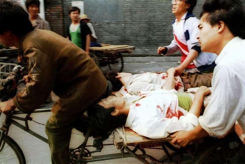 六四、天安門、1989年6月4日,市民騎自行車將天安門清場鎮壓的傷者送到醫院(AP)