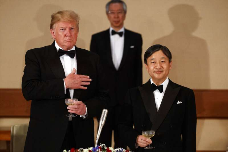 美國總統川普與日本天皇德仁。(美聯社)