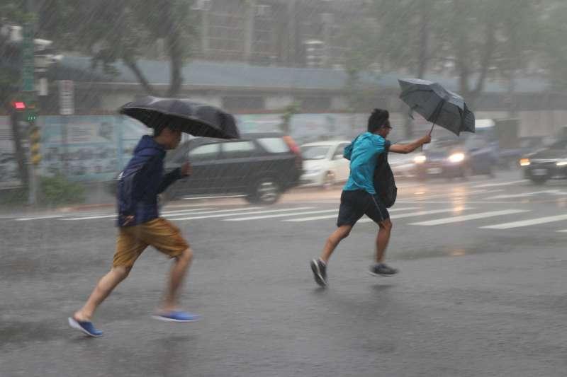 20190527-豪大雨,雷陣雨,撐傘路人奔跑躲雨。(顏麟宇攝)