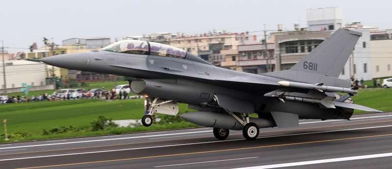 20190528-漢光35號演習實兵演練,彰化戰備道起降科目28日上午舉行,凌晨2時進行器材架設、跑道面雜物清除等作業。圖為F-16V降落在戰備道上。(蘇仲泓攝)