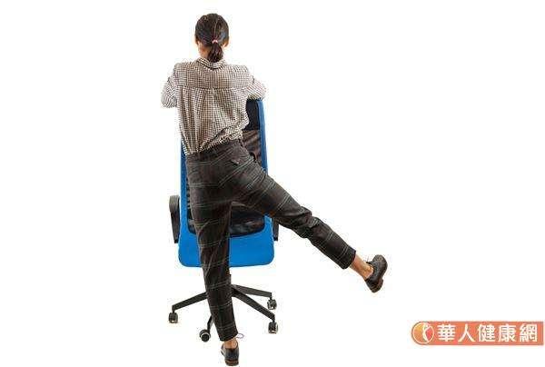 面向椅子,雙手扶在椅背上支撐,彎曲一條腿,向後抬高至離地3-4公分。(圖/華人健康網提供)