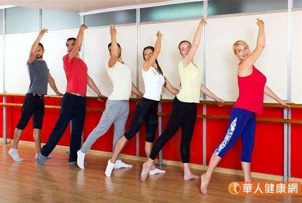 Barre又稱為芭蕾提斯,這套運動源自於芭蕾,融合了皮拉提斯的特點,通常藉由把杆、椅子等,來協助訓練者維持平衡。(圖/華人健康網提供)