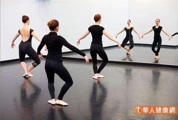雙腳向外轉90度,腳跟對腳跟,膝蓋略微彎曲,腳跟併在一起抬起離地約5公分,臀部可以再視個人體能向下壓低。(圖/華人健康網提供)