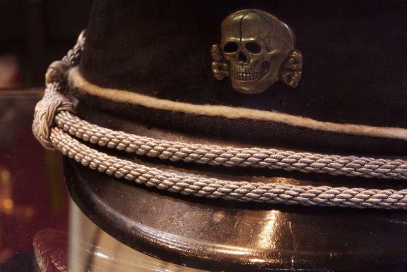 黨衛軍身穿黑色制服,頭戴骷髏軍帽。(圖/維基百科)