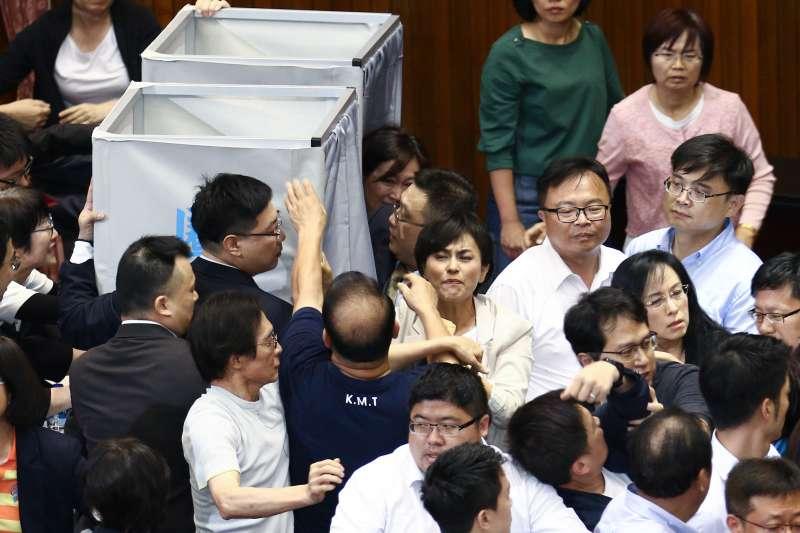 20190528-立法院28日進行中選會主委同意權表決,國、民兩黨立委在圈票處前發生衝突。(蔡親傑攝)