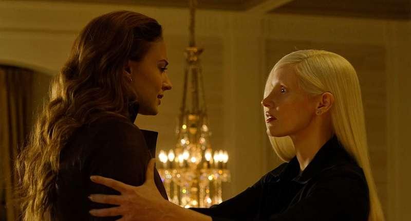 潔西卡崔絲坦(右)飾演的神秘角色,可能是代表鳳凰之力意象的一個角色。(圖/IMDb)