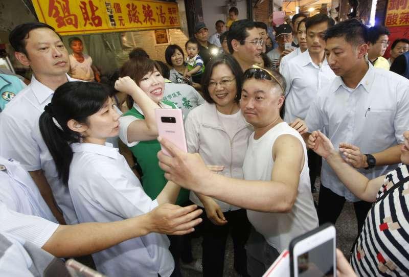 為爭取流失的青年選票,民進黨上下努力當網紅。(郭晉瑋攝)