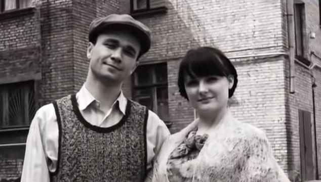 謝爾蓋與當時的女友合影。(圖/取自youtube)