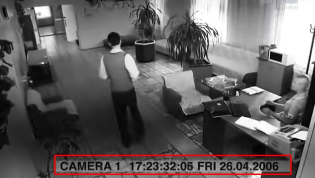 監視器的時間明顯錯誤。(圖/取自youtube)