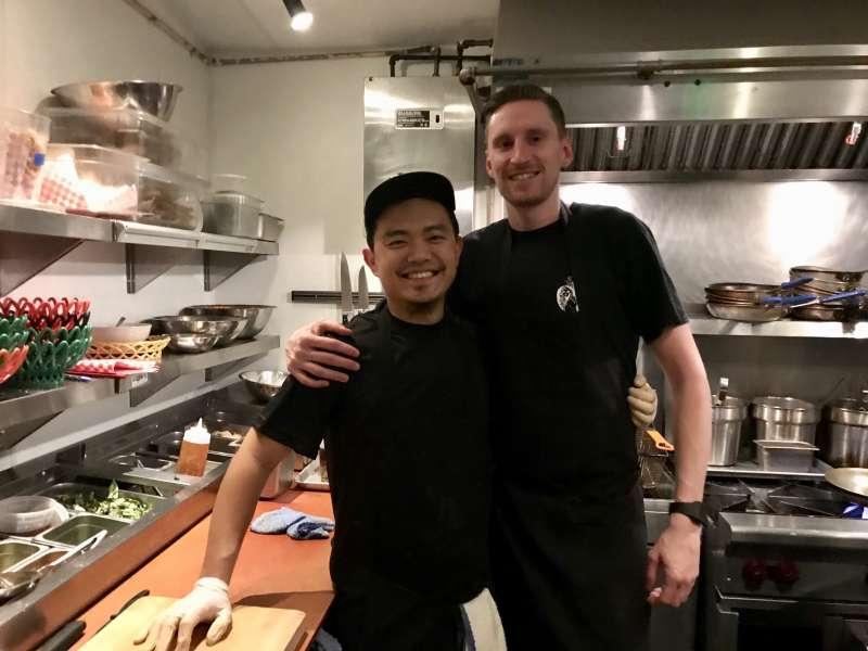 「窄門」餐廳的大廚離開後,開了自己的餐廳,請吉姆當他的草創廚師。(來源:Jim Chen)
