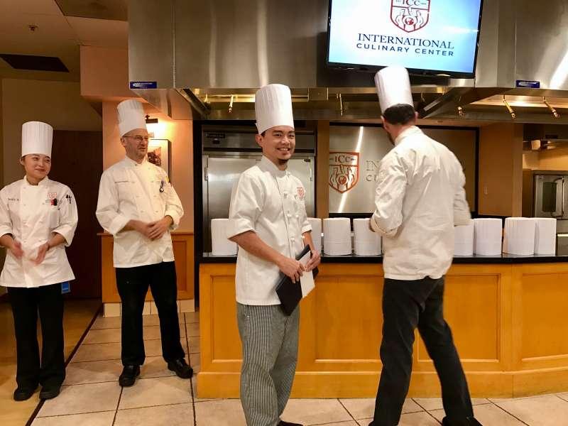 吉姆在國際餐飲學院的畢業典禮。類似一般碩士畢業的撥穗,戴上廚師帽是畢業的儀式。(來源:Jim Chen)