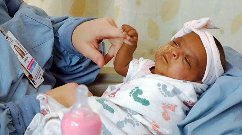 賽比的母親及醫療單位,起初都不認為她能活下來。(AP)