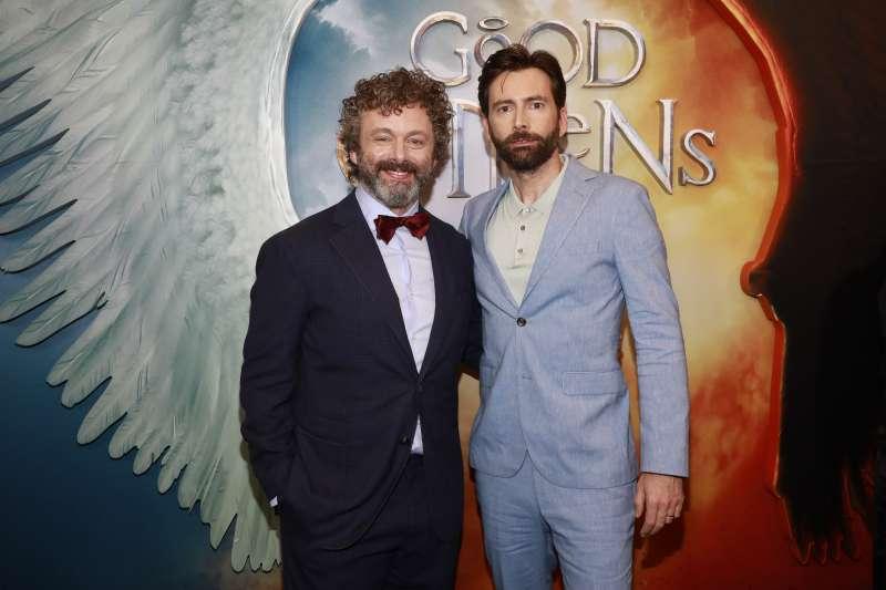 演員麥可辛(左)與田納特23日出席《好預兆》在美國紐約的首映會(美聯社)