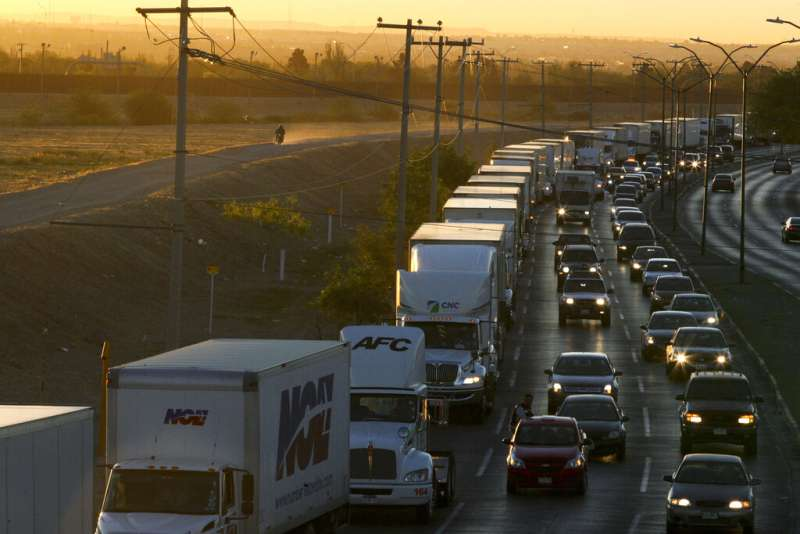 美國與墨西哥邊境的車流。(AP)