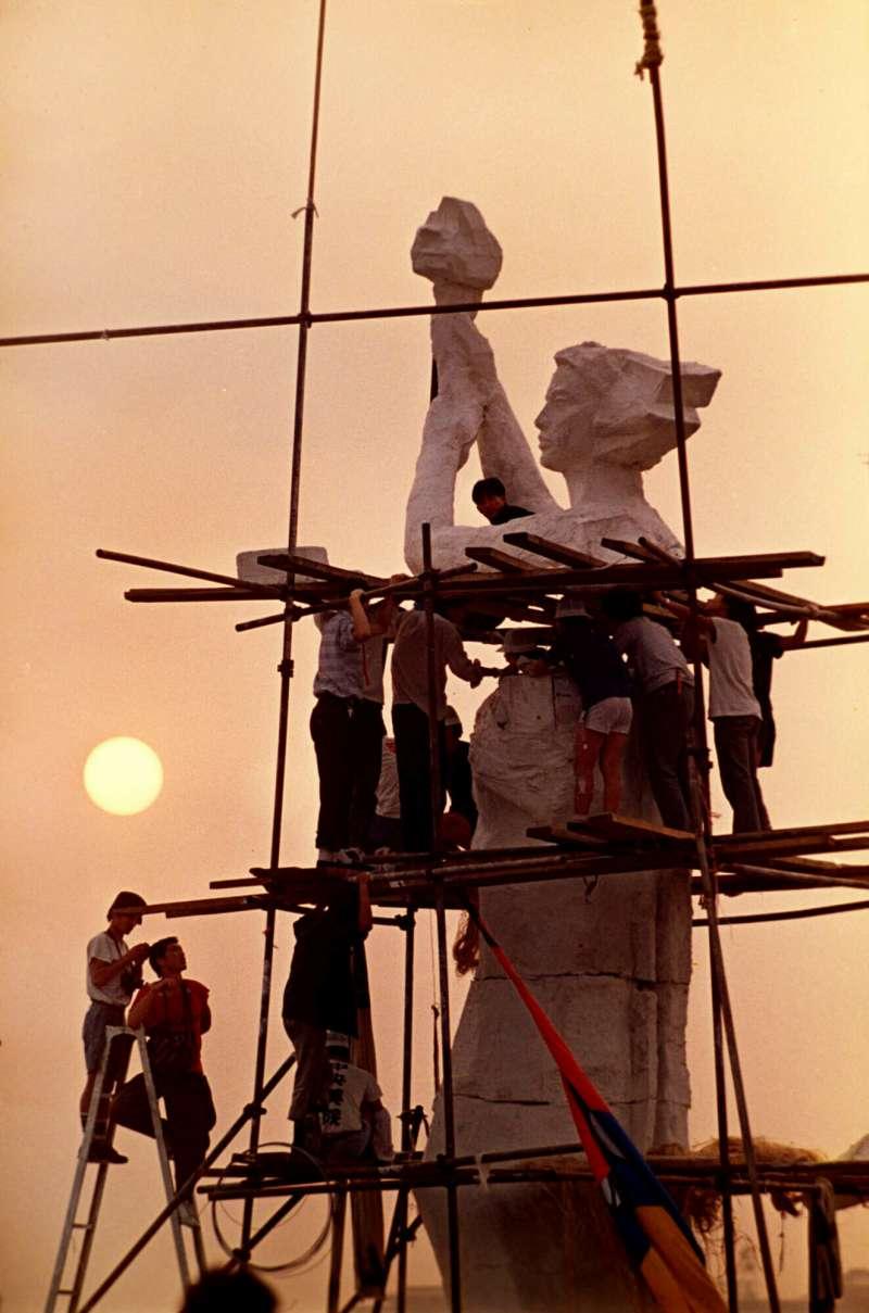 六四30周年:示威群眾製作的民主女神像(AP)