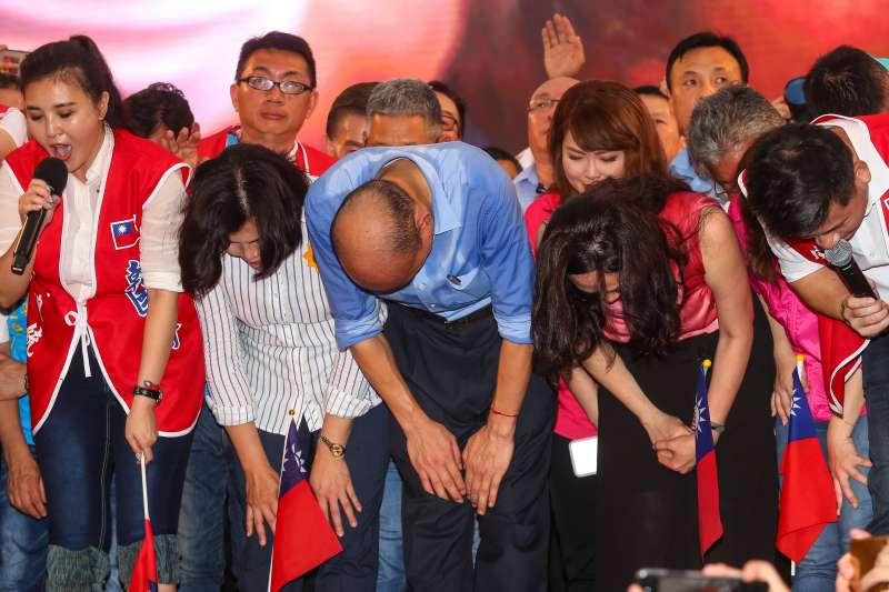 20190601-高雄市長韓國瑜1日出席凱道「決戰2020,贏回台灣」全國團結造勢大會,和妻子李佳芬一同鞠躬感謝群眾。(顏麟宇攝)