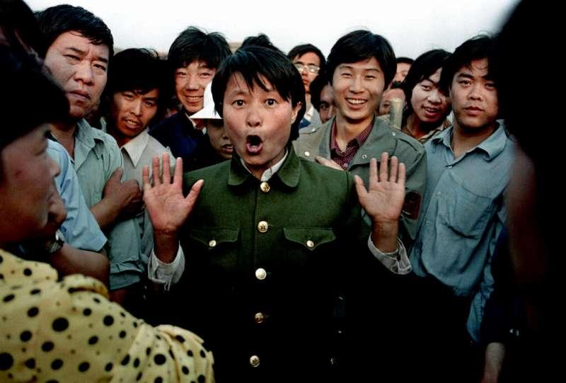 六四、1989年6月2日,一名中國人民解放軍女官兵在天安門示威群眾面前唱歌。(AP)
