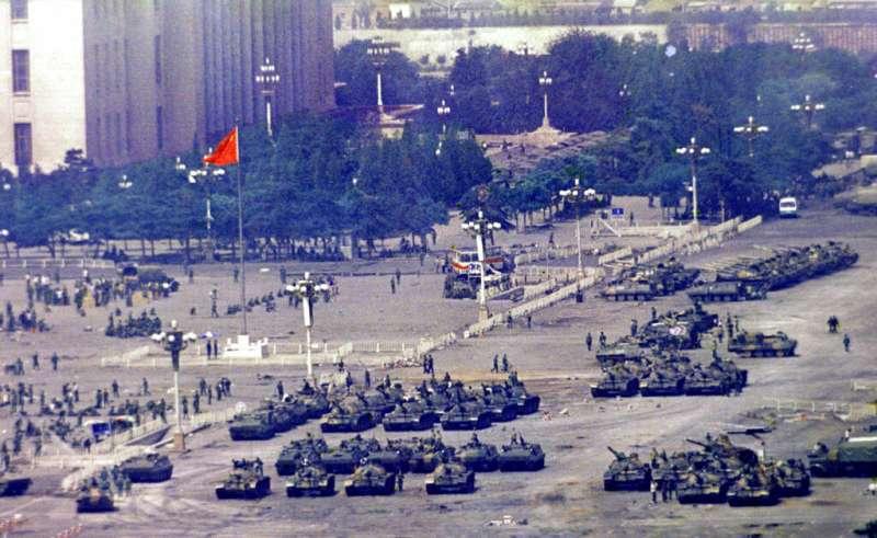 六四、1989年6月5日,由上而下俯瞰,抵達北京的軍人與坦克。(AP)
