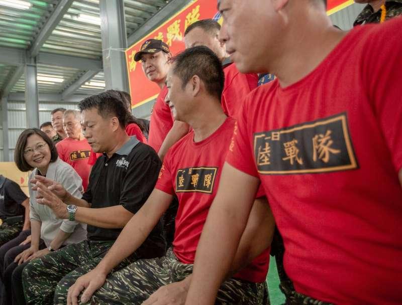 20190601_總統蔡英文(左一)1日拜訪彰化社頭海軍陸戰隊「益祥織襪廠」。(取自臉書「蔡英文 Tsai Ing-wen」)