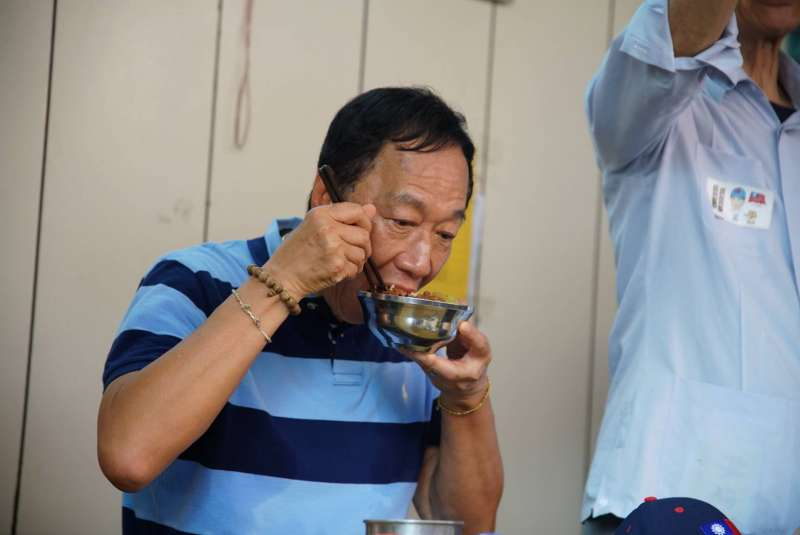 鴻海董事長郭台銘2日到南門市場包粽,並當場吃魯肉飯。(盧逸峰攝)