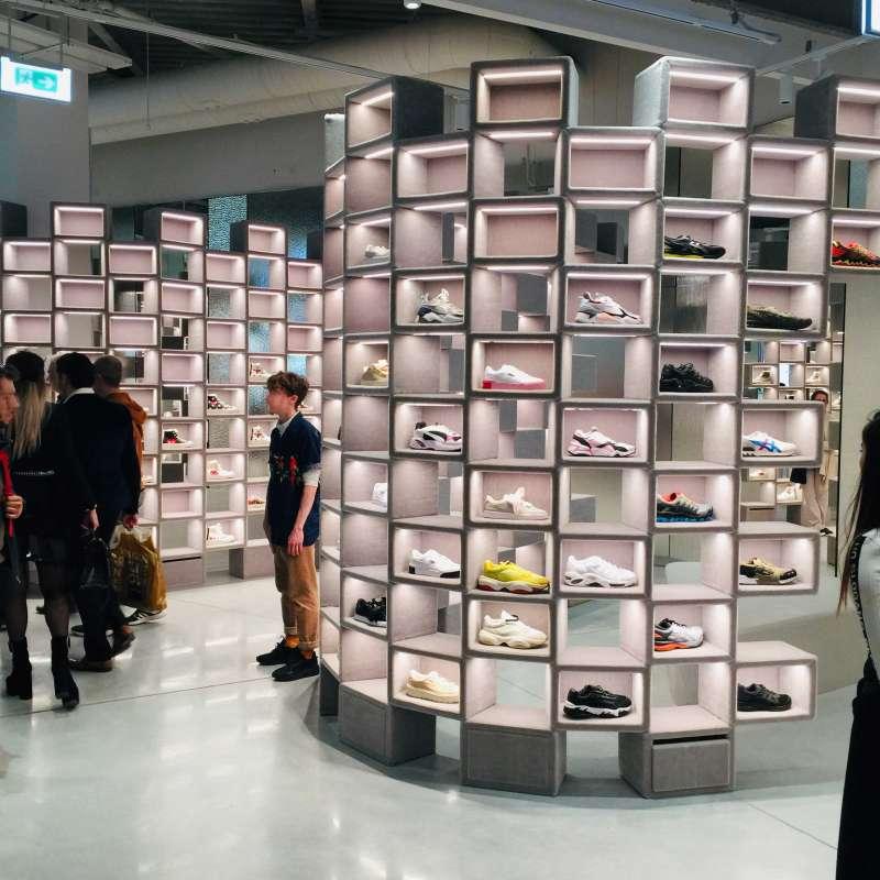 """休閒鞋區,圖中不是路人甲,是""""造型師""""(Kuei提供)"""