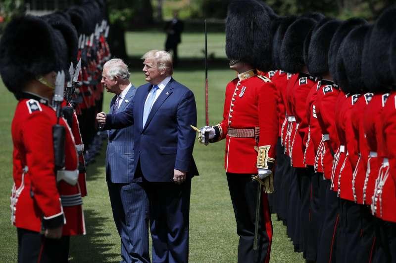 6月3日,美國總統川普到英國展開為期3天的國是訪問,他與英國王儲查爾斯王子一起檢閱皇家衛兵(美聯社)