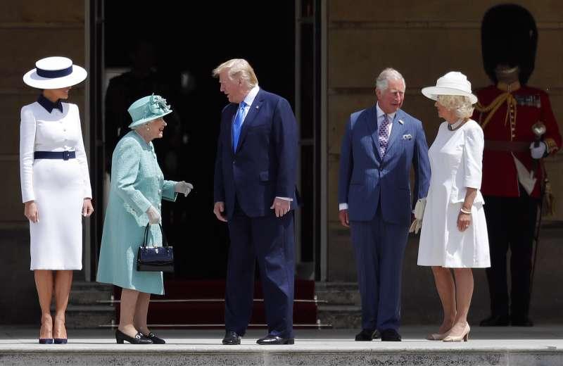 6月3日,美國總統川普到英國展開為期3天的國是訪問,並與英國女王(左二)會面(美聯社)
