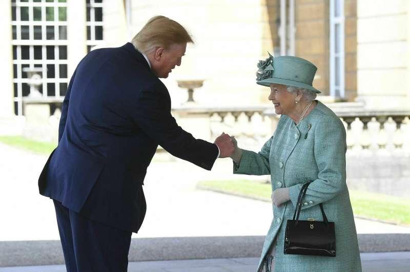 6月3日,美國總統川普到英國展開為期3天的國是訪問,並與英國女王會面(美聯社)