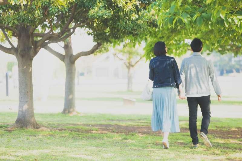 夫妻,情侶,散步,恩愛,戀愛,約會(示意圖,取自すしぱく@pakutaso)