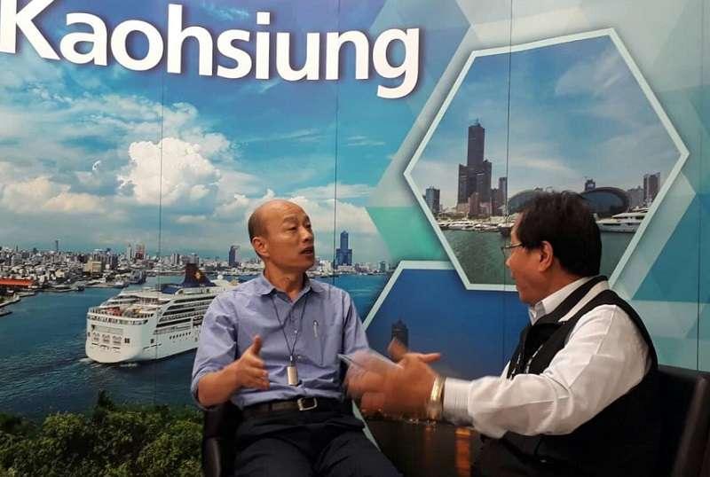 高雄市長韓國瑜與全國公務人員協會理事長李來希對談年改,強調軍公教是國家的龍骨,政府的承諾必須回復。(取自李來希臉書)
