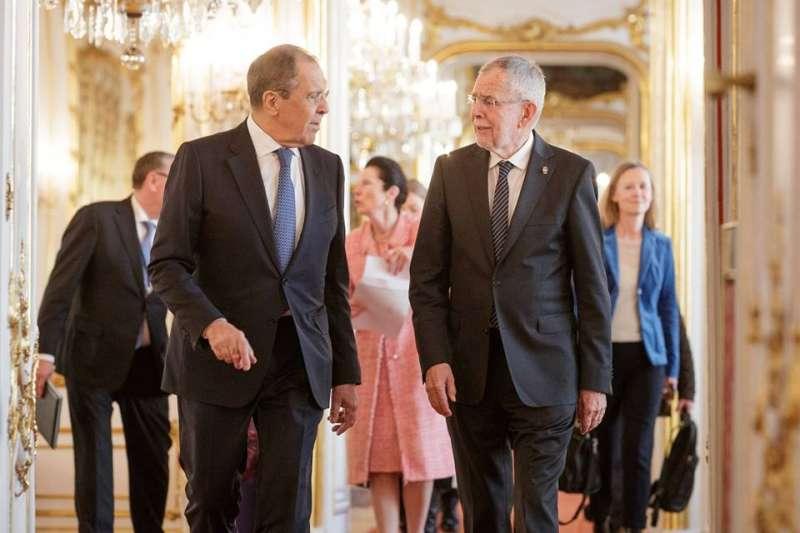 無實權的奧地利總統職責之一是接待外賓, 圖為現任總統Alexander van der Bellen (右) 在維也納霍夫堡共接待俄羅斯外長 Sergej W. Lawlow。(圖/楊佳恬提供)