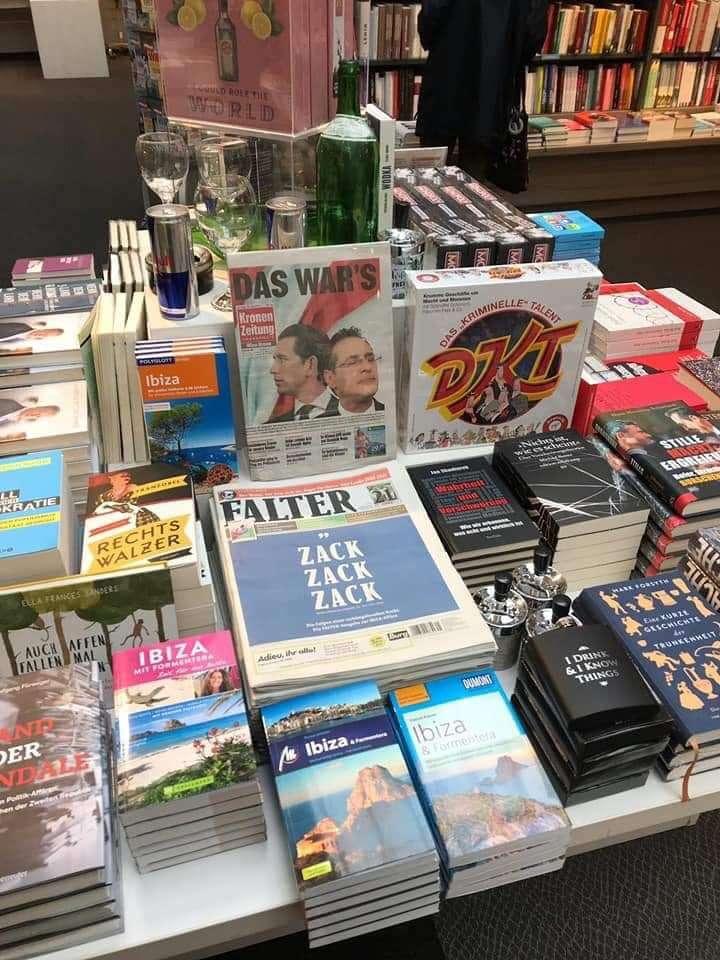 維也納某連鎖書店在店面巧妙地用西班牙IBIZA小島旅遊叢書、各大報頭條新聞、著名德語桌遊「犯罪遊戲」、紅牛飲料來諷刺這起醜聞。(圖/楊佳恬提供)