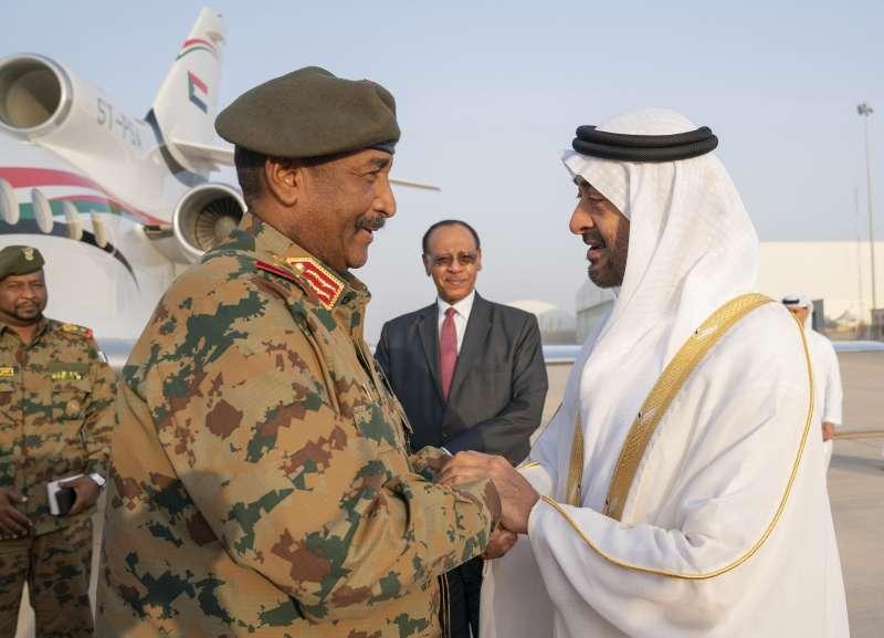 蘇丹軍方領袖伯罕(Abedel-Fattah Burhan,左)(AP)
