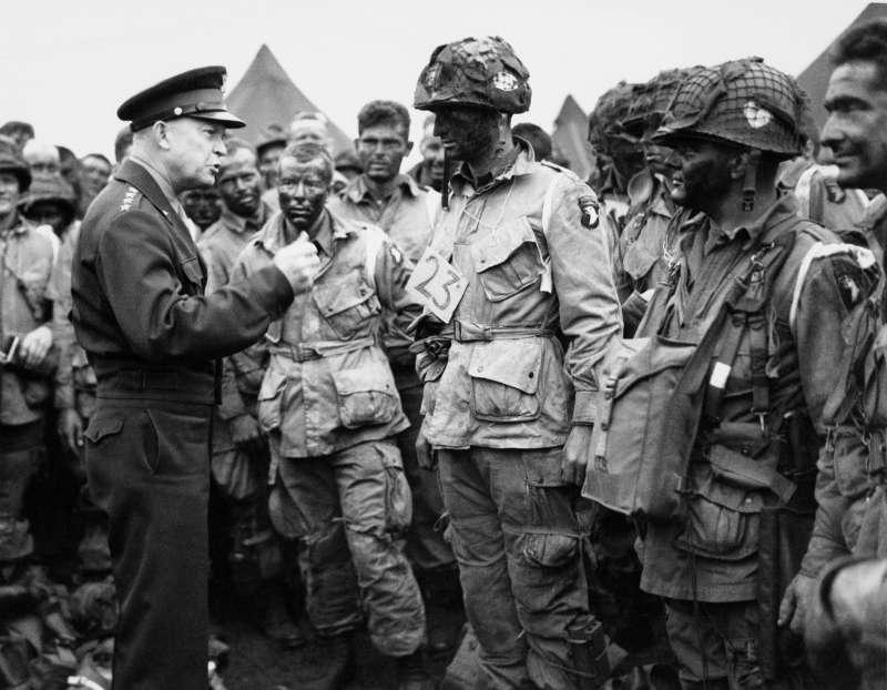 艾森豪(Dwight Eisenhower)與美軍士兵交談。(AP)