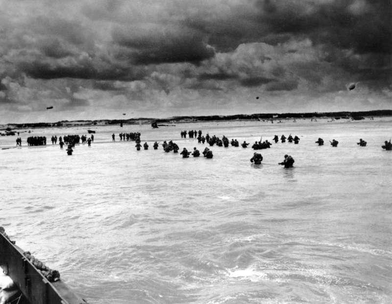 1944年諾曼第登陸戰,「D-Day」時奧瑪哈海灘附近嘗試登陸的美軍。(AP)