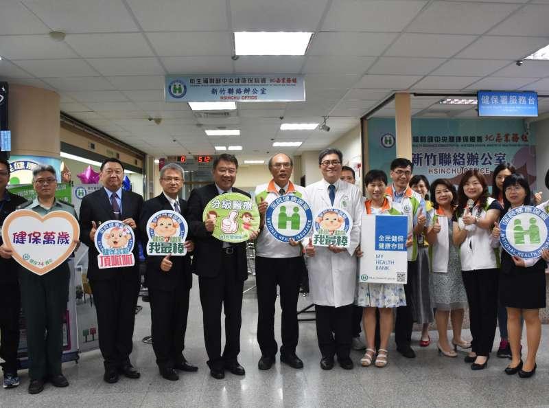 位於國軍新竹醫院一樓的健保署新竹辦公室,每月服務量超過4,000人次。(圖/方詠騰攝)