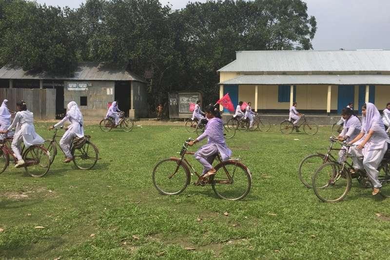 孟加拉婦女組織NUK發展「女孩腳踏車計畫」,讓女孩有安全的上學路。(圖/作者提供)