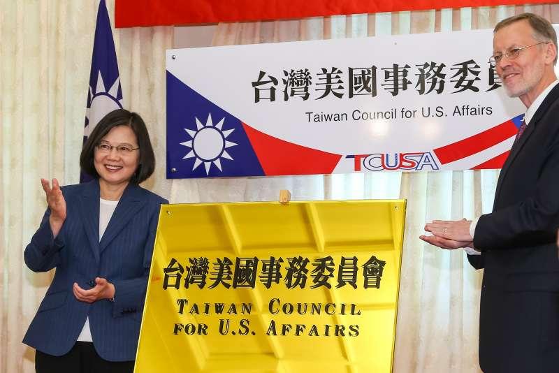 20190606-總統蔡英文、AIT美國在台協會處長酈英傑6日出席「台灣美國事務委員會揭牌典禮」。(顏麟宇攝)