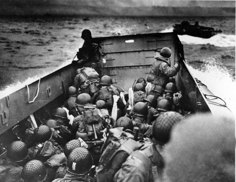 1944 年6 月6 日,,英國、美國、法國、加拿大等國組成的盟軍前往法國諾曼第海灘,準備登陸奇襲(美聯社)