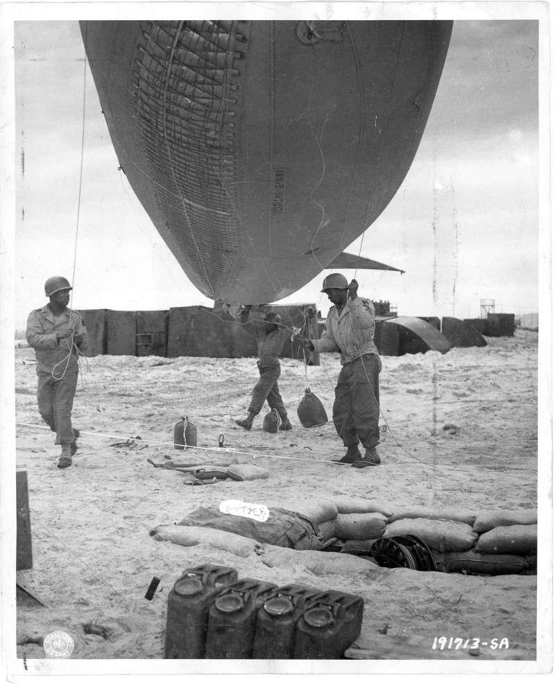 「第320防空炮兵氣球營」(320th Barrage Balloon Battalion)是二戰諾曼第登陸「D-Day」唯一全由非裔美軍組成的部隊。(取自美國國家檔案局)