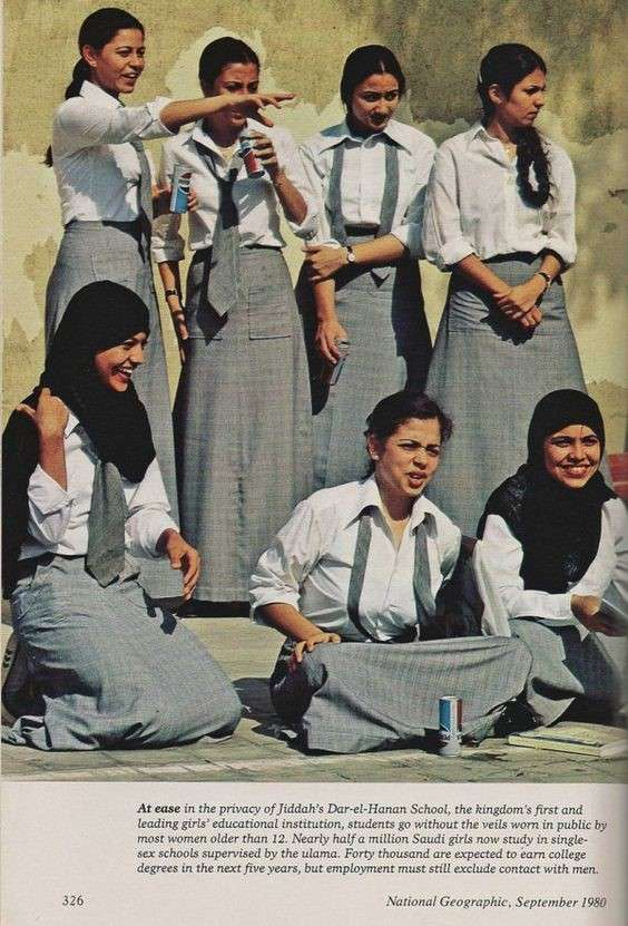 20190606-在學校上課的沙烏地女學生,攝于1980年。(劉燕婷提供).jpg