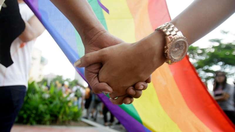英國政府的一份2017年研究指出,超過3分之2的LGBT人口表示會避免與同性伴侶公開牽手,因為他們擔心其他人會有負面反應。(美聯社)
