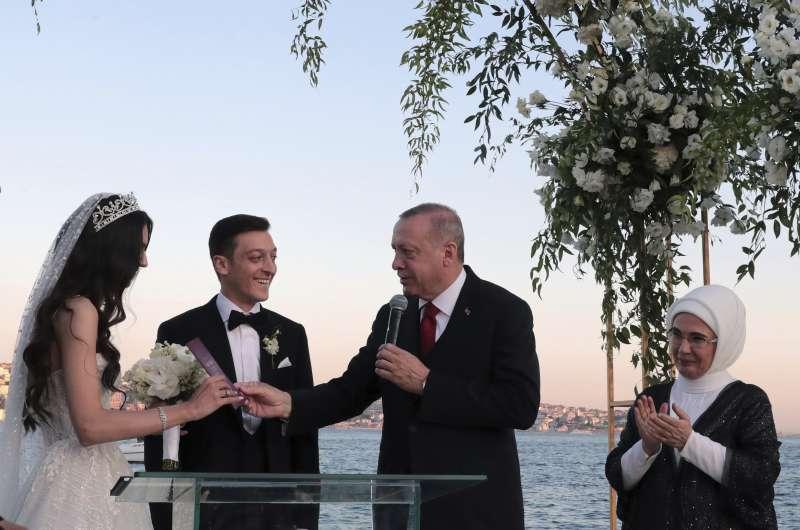 2019年6月7日,德國前國腳厄齊爾(Mesut Özil)和未婚妻居爾澤(Amine Gülse)在伊斯坦堡舉行婚禮,土耳其總統艾爾多安主持(AP)