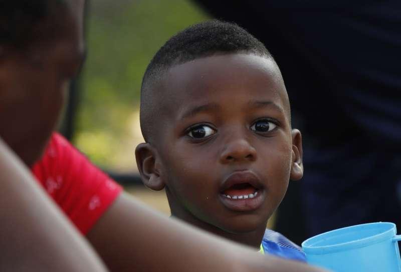 來自海地的非法移民兒童被收容在墨西哥的移民收容中心。川普以關稅作為武器要求墨西哥加強邊境管控。(美聯社)