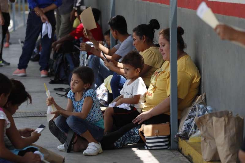 來自中南美洲的非法移民大多是為了逃離母國暴力和經濟困境,無可奈何下被迫離家的婦女和小孩。(美聯社)