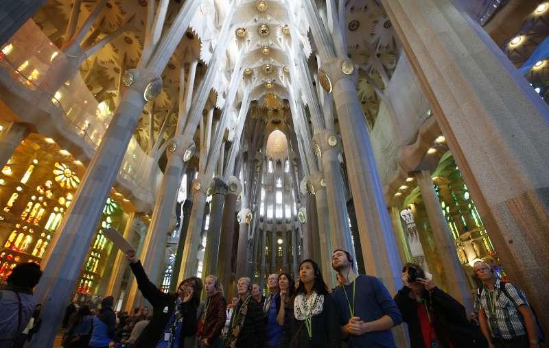聖家堂每年吸引450萬名遊客入內參觀。(AP)