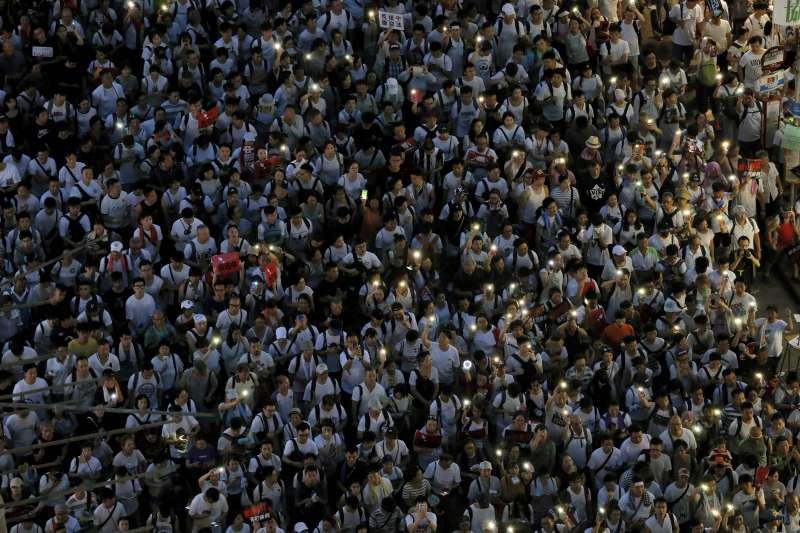 20190609_香港各界發起「反送中大遊行」,抗議者打開手機燈光。逃犯條例。(AP)