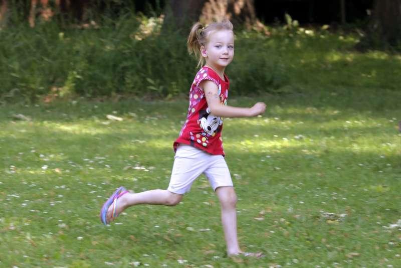 維多莉亞在家中玩耍。他的染色體是XXY,是家中第二個雙性人孩子。(AP)